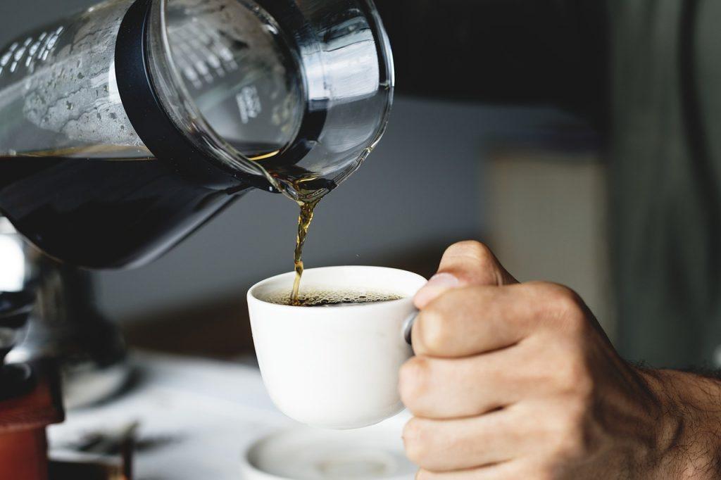 cafetera sirviendo café
