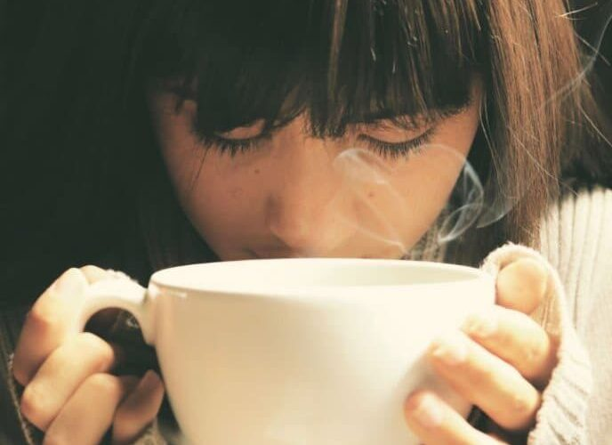 chica oliendo café