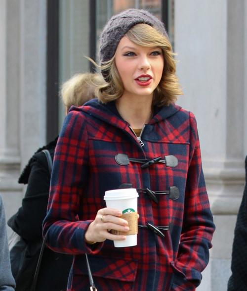 Taylor Swift con vaso de starbucks