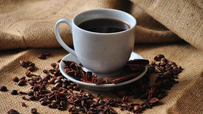 Taza de café con plato y granos