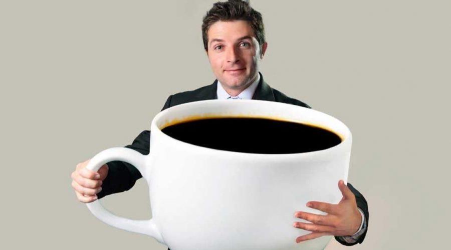 hombre con taza de café gigante